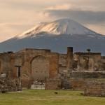 Pompeya con el Vesubio de fondo