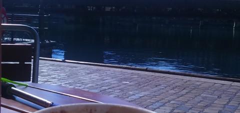 Café al borde del río